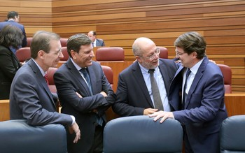 Fernández Mañueco (d), junto al vicepresidente de la Junta y los consejeros de Hacienda y Empleo en las Cortes.