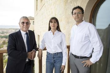 Carlota Casiraghi participa en el Hay Festival Segovia 2019 con motivo de la publicación de su libro Archipel des Passions (Archipiélago de Pasiones). Junto a ella, el filósofo Robert Maggiori (I) y el editor Leopoldo Kulesz (D).