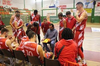 Júnior y sus jugadores, en un tiempo muerto de un partido reciente.