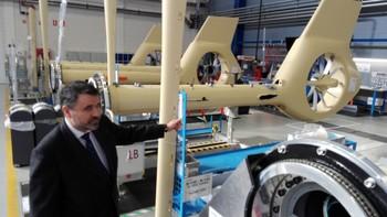José María Rubio muestra el fuselaje trasero de algunos aparatos.
