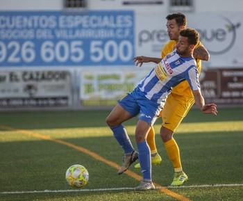 Fran Cortés protege un balón.
