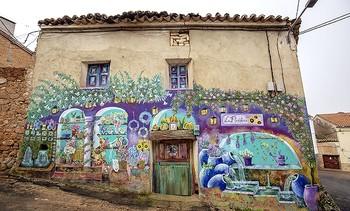 'La Floristería' es la última creación, pintada sobre la única fachada que todavía mantiene la puerta original.