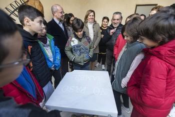 Rosa Ana Rodríguez, en el centro, junto a un grupo de alumnos en la Colección Roberto Polo de Toledo. /
