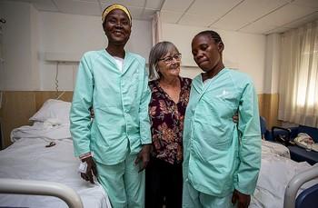 Conchi Tomás, junto a las dos últimas burkinaleses operadas del corazón en Hospital QuirónSalud.