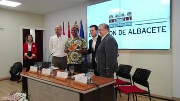 El príncipe Roméo Gbaguidi recibió un regalo de manos del diputado de Cultura, Miguel Zamora.