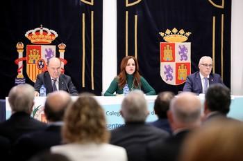 José Luis Díaz Villarig (i), Silvia Clemente y Enrique Guilabert Pérez, durante la presentación del estudio ayer en las Cortes.