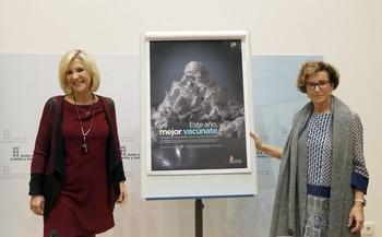 La consejera de Sanidad, Verónica Casado, acompañada por la directora general de Salud Pública, Carmen Pacheco, presenta la campaña de vacunación contra la gripe.