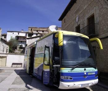 Uno de los bibliobuses que recorre Guadalajara, a su llegada al municipio alcarreño de Chillarón del Rey.