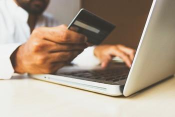 El pago con tarjeta aumenta un 15% el gasto familiar