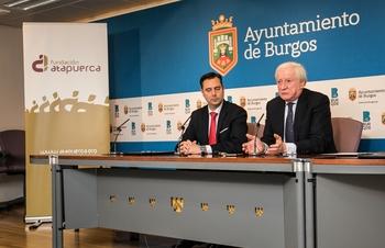 El alcalde Daniel de la Rosa y el presidente de la Fundación Atapuerca, Antonio Méndez, firmaron  la renovación del convenio de colaboración entre ambas entidades.