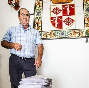 El alcalde de Ballesteros posa con la torre de currículums