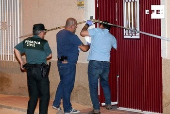 Momento en que la Guardia Civil entra en la vivienda de los octogenarios
