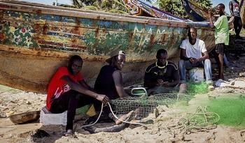 Los 'capitanes de la información' son voluntarios que explican la situación a los jóvenes que quieren huir de África.