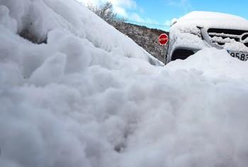 Las nevadas remiten aunque dificultan el tráfico en el norte