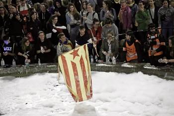 Un millar de catalanes llenan la plaza de España de espuma