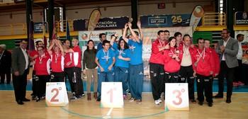 Los jugadores del María Auxiliadora festejan su triunfo.