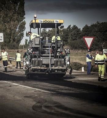 Varias personas trabajan en las obras de la N-122.