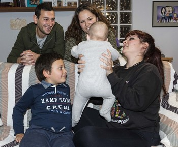Ruben y Keyla, junto a dos hijos biológicos, David y Mónica, que sostiene el bebé que tiene la familia en acogida.