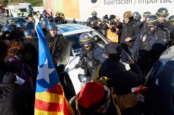 La Policía francesa usará la fuerza si no despejan la AP-7