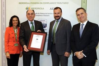 Begoña García-Rozado (1i), directora global de Fiscalidad de Iberdrola; Ignacio Galán, presidente del Grupo (2i); Agustín Delgado, director de Innovación, Sostenibilidad y Calidad de la compañía (2d); y Rafael García Meiro, CEO de AENOR.