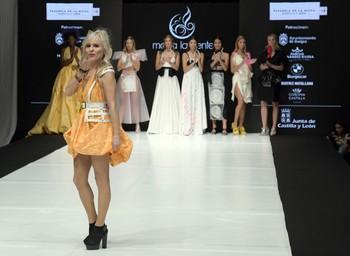 La diseñadora María Lafuente saluda al público tras mostrar su nueva colección.