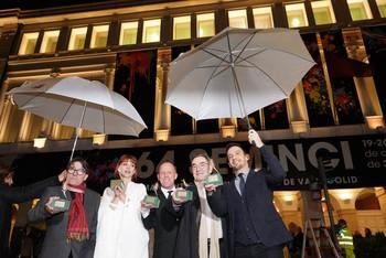 De izquierda a derecha, Javier Tolentino, Nawja Nimri, Luis San Narciso, Pedro Olea y Alejandro Amenábar posan con sus galardones frente a la fachada del Teatro Calderón de Valladolid.