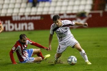 Fran García hunde su pie sobre el césped del Belmonte.