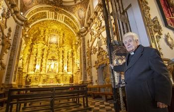 El párroco don Agustín González, artífice de la creación de los tres museos religiosos de Atienza, a las puertas de la capilla del patrón atencino, la iglesia de San Bartolomé.