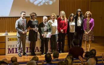 El delegado del Gobierno, con representantes de las Casas de Acogida de la región, una de las entidades premiadas con los Premios Meninas.