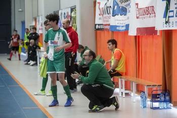 Pablo, que anotó el cuarto gol del Círculo BigMat, junto a su entrenador, Raúl Zamora.