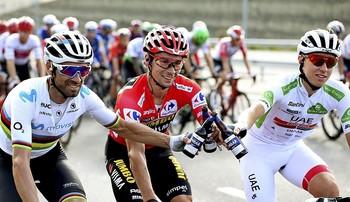 Alejandro Valverde (i), Primoz Roglic y Tadej Pogacar brindan en la última etapa de la vuelta