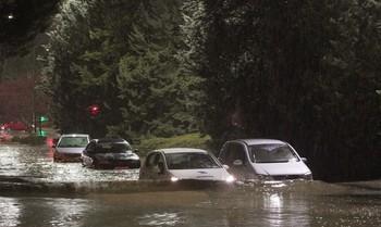 Inundaciones en la calle José Acosta de Valladolid que produjo la tromba de agua que descargó anoche.