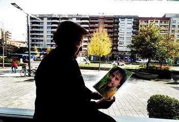 La madre de Borja Lázaro, en Vitoria, contempla una fotografía de su hijo.