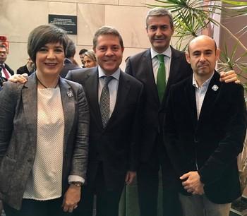 García-Page y Álvaro Gutiérrez, ayer con miembros de Tierras de cerámica.