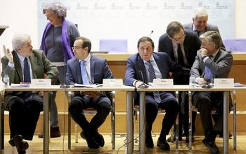 El consejero Antonio Sáez (2d) y varios directivos de Sanidad charlan con otros miembros del Consejo de Salud de Castilla y León