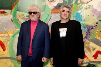 El cineasta Pedro Almodóvar (i) y el pintor Jorge Galindo
