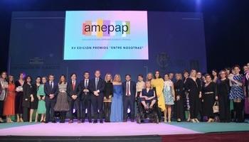 Fotografía de familia de premiadas, organizadoras y autoridades.