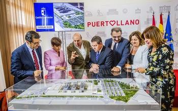 Autoridades y técnicos sanitarios repasan la maqueta del futuro hospital de Puertollano.