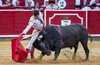 Derechazo de Rubén Pinar al toro de Victorino Martín, al que cortó una oreja el día 8.
