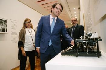 El presidente Fernández Mañueco, junto a la directora del Museo y al consejero de Cultura, inaugura la exposición.