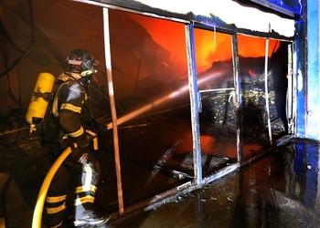 Un incendio calcina una nave de la empresa Tuero