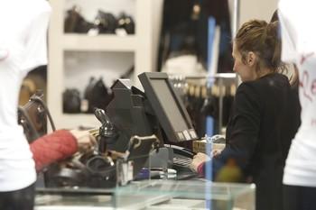 Una persona realiza un pago con tarjeta en un comercio.