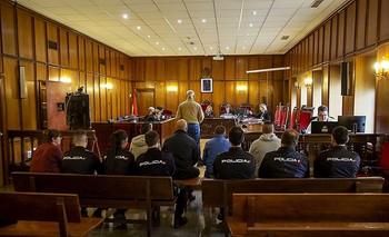 Los cuatro acusados (sentados) escucharon la declaración del propietario de la casa asaltada con interés.