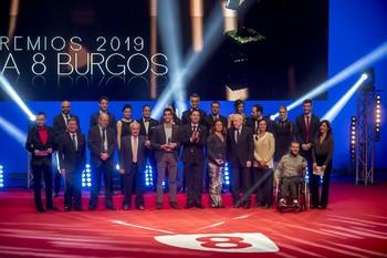 Los premiados, con parte de la plantilla de la televisión de Burgos sobre el escenario.