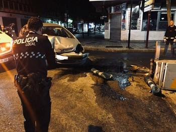 Imagen de un agente ante uno de los vehículos accidentados.