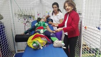 La consejera de Bienestar Social, Aurelia Sánchez, comprueba los beneficios del Therasuit en una niña.