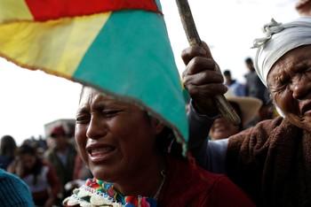 Ciudadanos bolivianos lloran la muerte de un manifestante en Sacaba