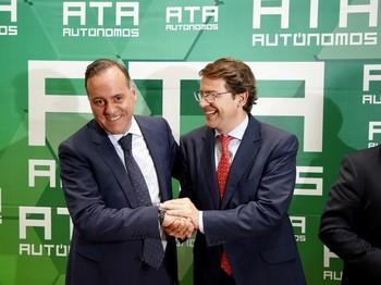 El presidente de la Junta de Castilla y León, Alfonso Fernández Mañueco, clausura la Asamblea General de Elecciones de la Asociación de Trabajadores Autónomos de Castilla y León (ATA) junto al nuevo presidente ATACyL, Domiciano Curiel.