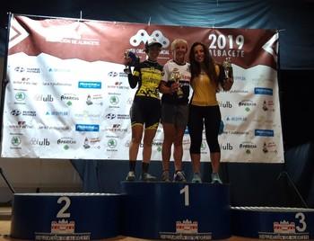 El podio femenino en Pétrola, con la ganadora Aída Milán en el centro.