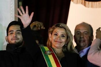 Jeanine Añez toma el mando interino de Bolivia